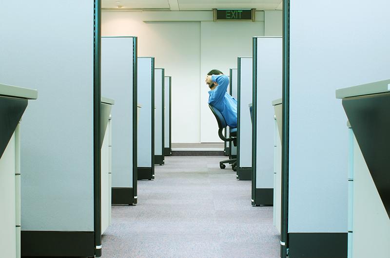 Mitarbeiter alleine im Büro